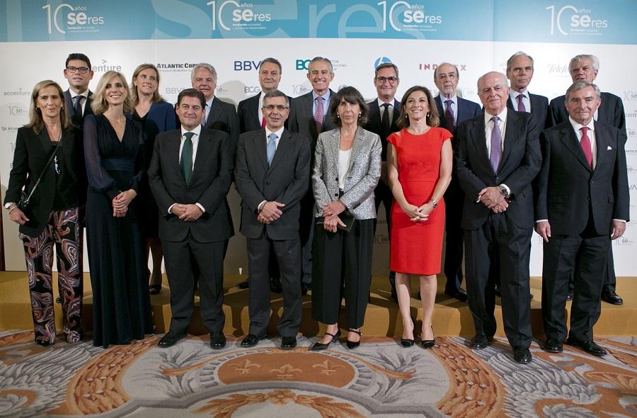 Imagen de los premiados junto a los responsables de la Fundación SERES.
