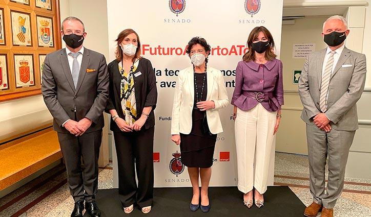La ministra Isabel Celaá junto a representantes de Orange y Fundación Orange.