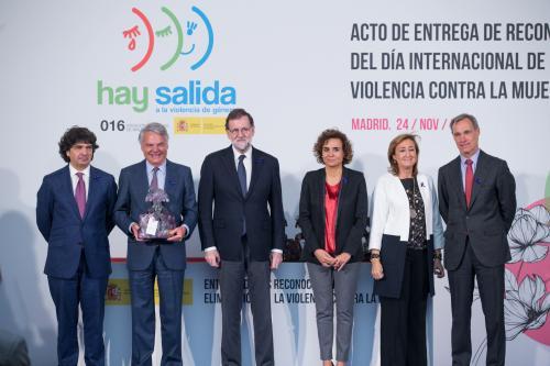 El presidente del Gobierno, Mariano Rajoy, y la ministra de Sanidad, Servicios Sociales e Igualdad, Dolors Montserrat, con el presidente de Mutua Madrileña, Ignacio Garralda (con el galardón en las manos) y el consejero delegado de Atresmedia, Silvio González (derecha).