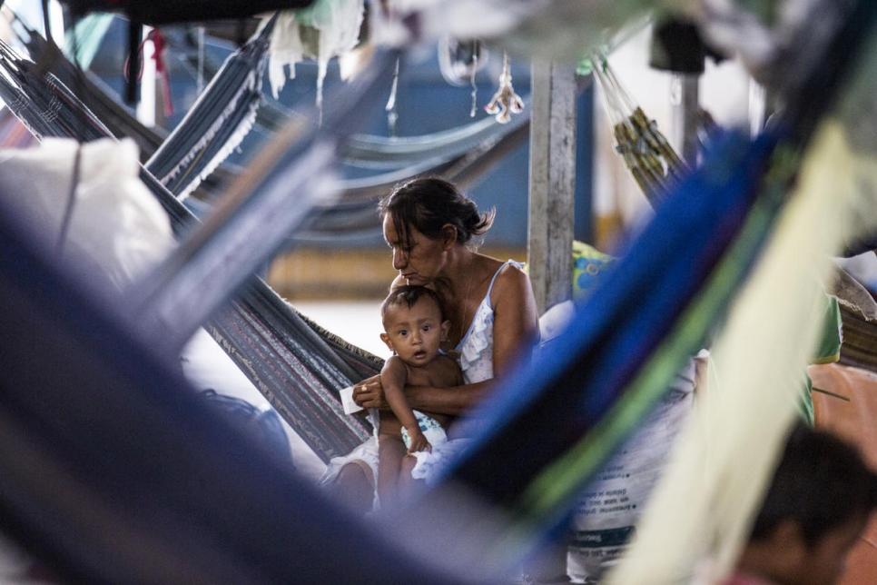 Una madre venezolana cuida a su bebé en el norte de Brasil.(Foto: ACNUR / Vincent Tremeau)