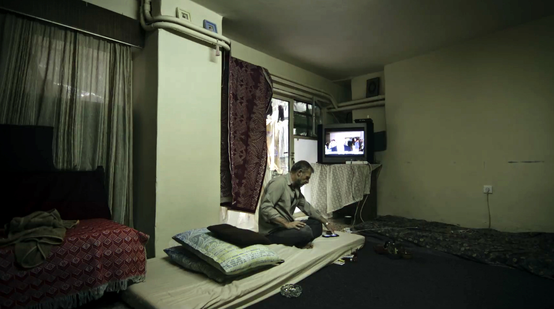 Fotograma del documental que muestra a un refugiado en Grecia.