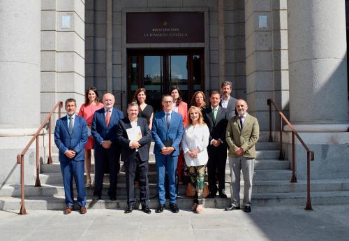 Los líderes del Clúster de Cambio Climático ante las puertas del Ministerio para la Transición Ecológica.