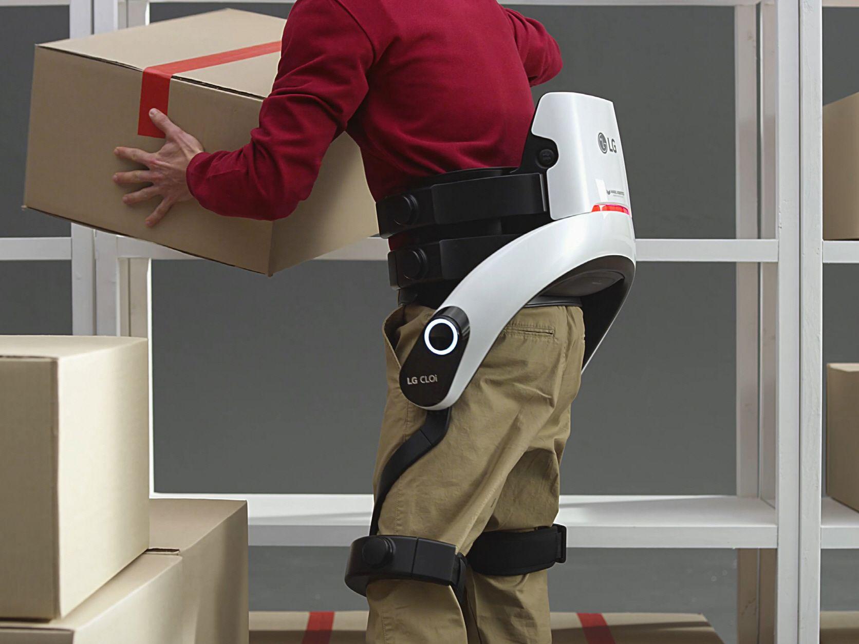 El robot de LG se adhiere al cuerpo del operario para ayudarle a levantar peso