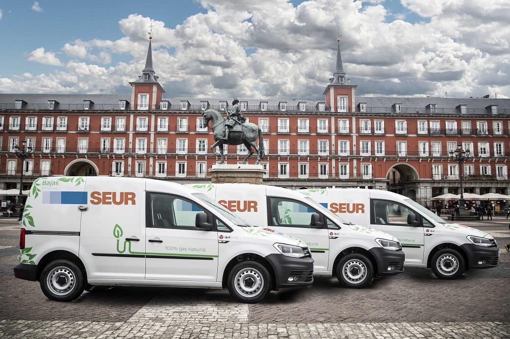 Furgonetas de la flota sostenible de SEUR en el centro de Madrid.