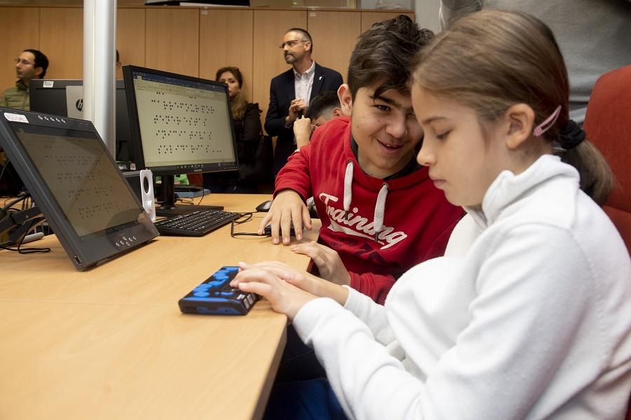 Estudiantes con sordoceguera utilizando una línea braille.