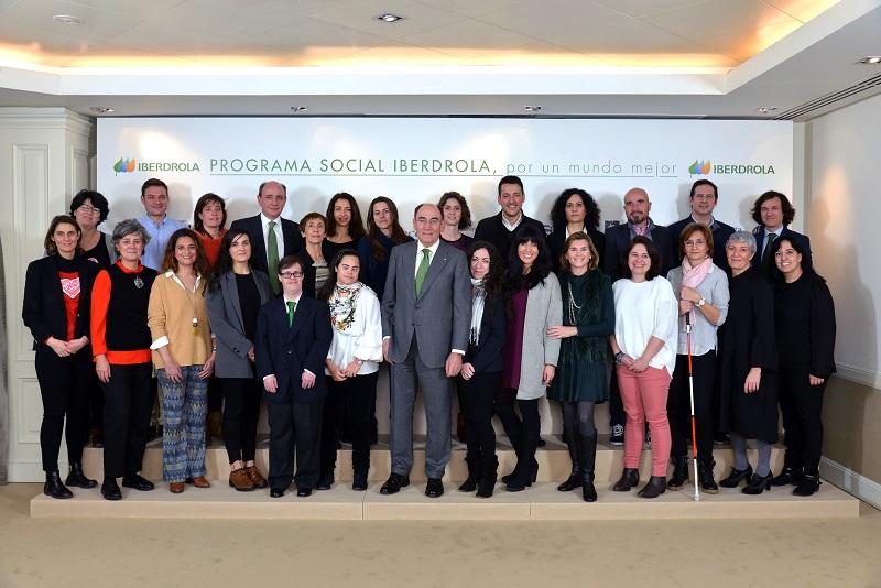 Ignacio Galán, presidente de Iberdrola, posa junto a representantes de 11 ONG