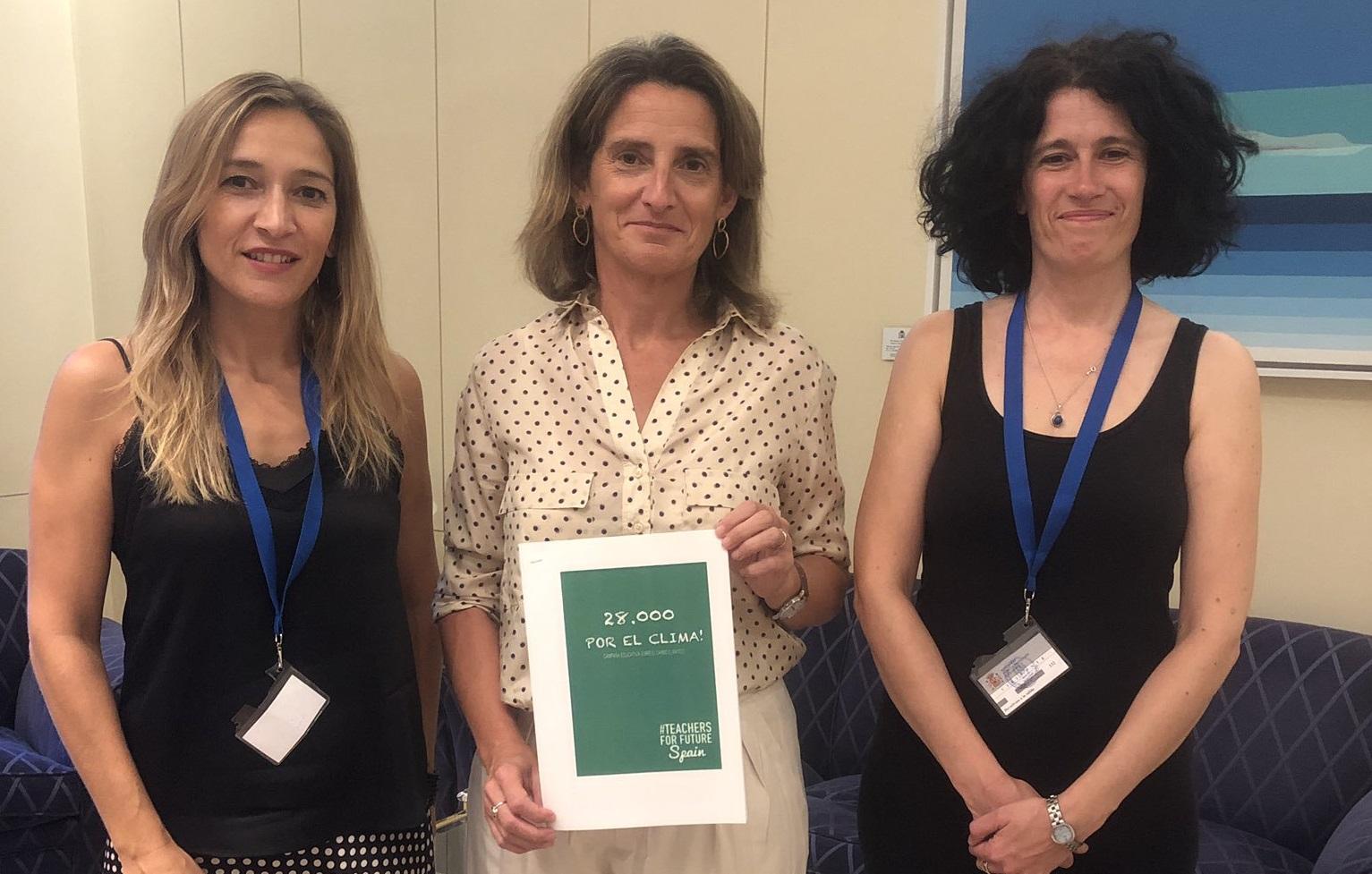 Teachers For Future con la ministra Teresa Ribera este jueves. A la izquierda de la imagen, Miriam Leirós.