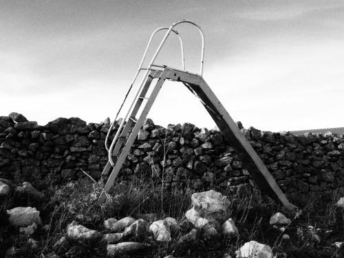 Un tobogán en desuso en la Serranía Celtibérica, reflejo de unos pueblos que pierden su mayor tesoro: los niños.