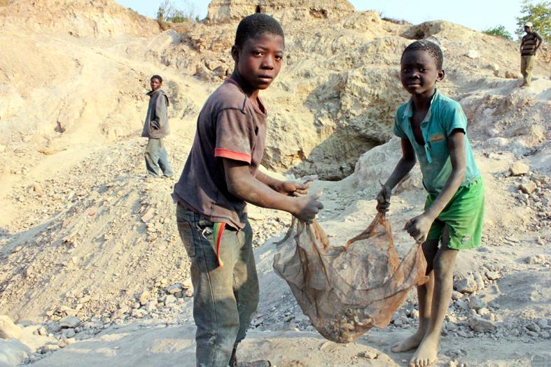 Niños trabajando en una mina en África.