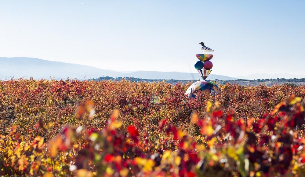 Escultura de los artistas callejeros Okuda y Remed en el viñedo de la bodega Campo Viejo (La Rioja).
