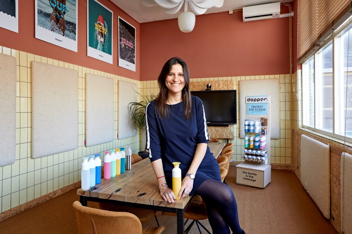 Virginia Yanquilevich, CEO de Dopper, con las botellas de la compañía.