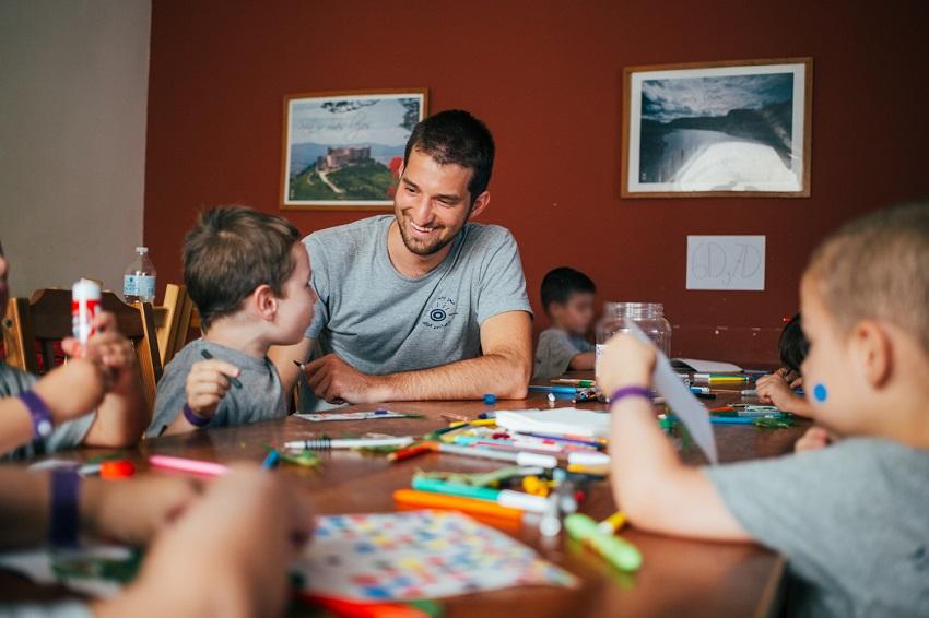 Un voluntario universitario acompaña a menores en el marco del proyecto 'Amigos para siempre'.
