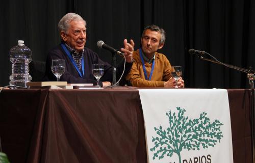 Vargas Llosa durante su ponencia en la prisión. Junto a él el presidente de Solidarios, Cristóbal Sánchez Blesa.