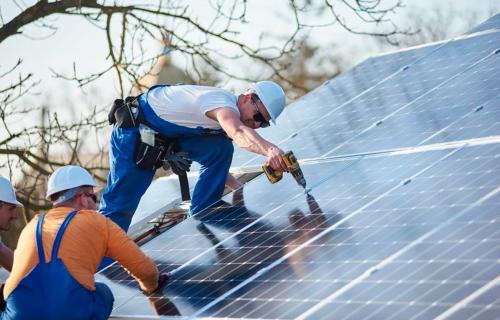 Trabajadores durante la instalación de placas fotovoltaicas