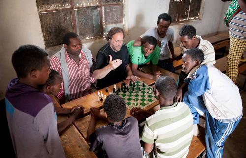 Álvaro Van den Brule en una de las escuelas en África de Ajedrez sin Fronteras.