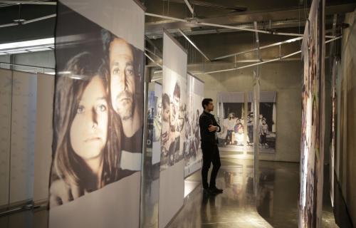 Un visitante en la exposición. © ACNUR/UNHCR/Olmo Calvo