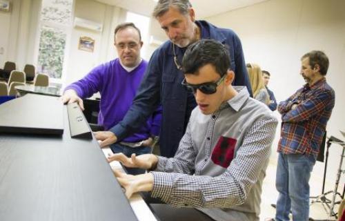 Emilio Aragón, con Alejandro y José Antonio, dos alumnos de Mosaico de Sonidos.