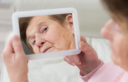 El Alzheimer recae en alguien que aún no ha cumplido los 65 años.