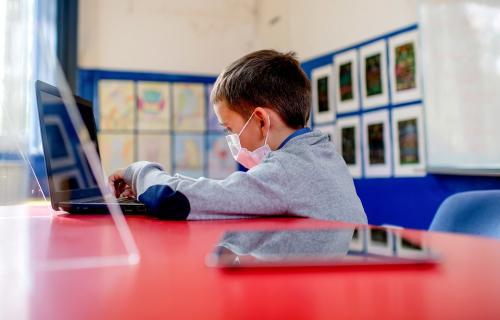 Alumno utilizando un dispositivo electrónico.