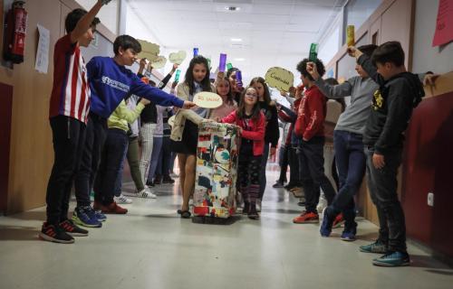 Alumnos llevando a clase la Big Valise. Foto: Fundación BBVA.