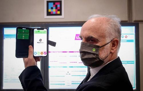 Un usuario lee un código NaviLens en el Metro de Bilbao.