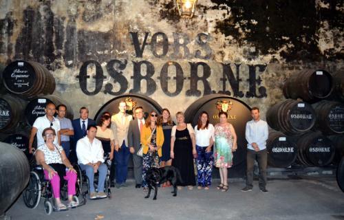 Un grupo de personas con discapacidad visitando las bodegas de Osborne.