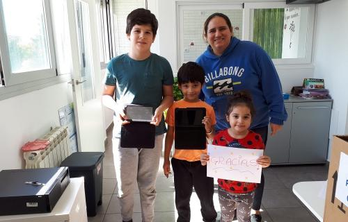 Niños beneficiarios del programa con dispositivos donados por Indra.