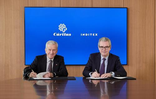 Manuel Bretón y Pablo Isla, presidentes de Cáritas e Inditex, en la firma del convenio.