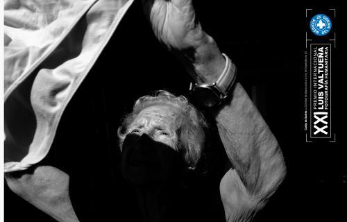 María tiende la ropa. Fotografía perteneciente a la serie ganadora, de Carlos de Andrés.