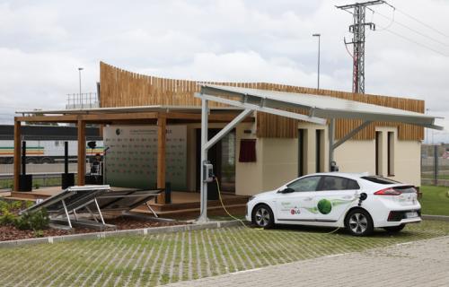 La casa dispone de parking para coches eléctricos que utilizarán los empleados de LG.