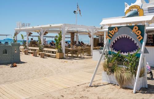 Tibu-Ron, el chiringuito de Castelldefels que lucha contra la contaminación del mar.