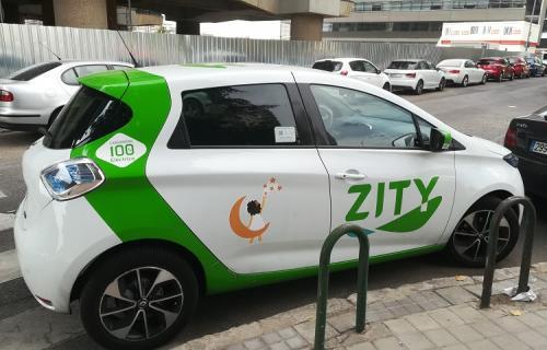 Un vehículo ZITY con el logotipo de la fundación 'El Sueño de Vicky'