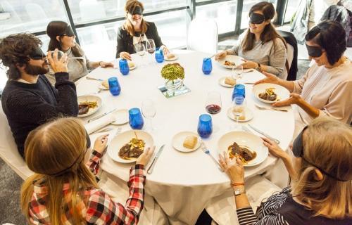 Comensales durante la comida a ciegas ofrecida por ILUNION Hotels.