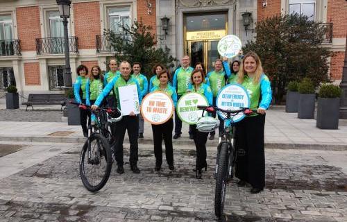 Cristina Gallach, Víctor Viñuales y Ángeles Santamaría, en La Moncloa con miembros de Moving for Climate NOW.