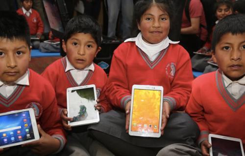 Alumnos con dispositivos móviles en una escuela de Perú.