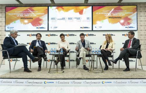 De izquierda a derecha, Chema Doménech (moderador), Alberto Castilla (EY), Elena Valderrábano (DIRSE), Orencio Vázquez (Observatorio RSC), Mª José Gálvez (Bankia) y Jaime Silos (Forética / Spainsif).