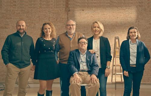 El grupo de Embajadores FCC junto a Pablo Pineda, embajador de la Fundación Adecco y primer universitario europeo con síndrome de Down.