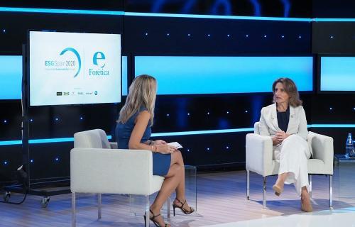 La vicepresidenta Teresa Ribera con la presentadora del evento, Angie Rigueiro.