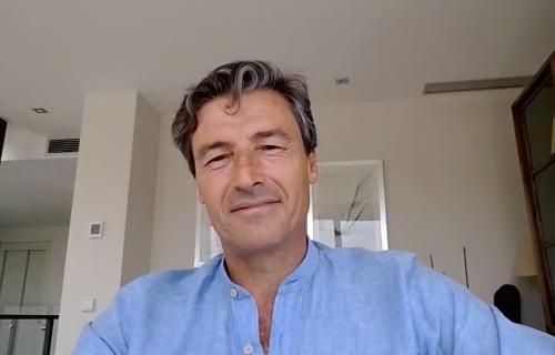 Federico Linares, presidente de EY, atiende a Soziable.es desde su domicilio.