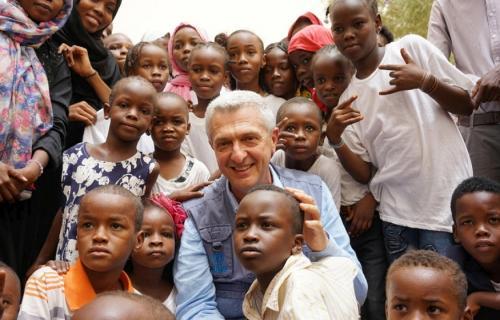 El Alto Comisionado, Filippo Grandi, con niños refugiados de Darfur (Sudán) en Agadez (Níger). (Foto: Acnur/Jehad)