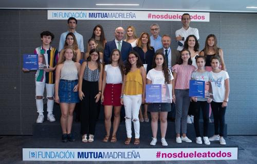 Juan José Nieto Romero, Pilar Moreno Sastre y Lorenzo Cooklin posan junto a los estudiantes premiados