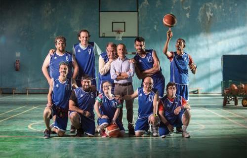 El actor Javier Gutiérrez junto al equipo de balencesto al completo, interpretado por actores con discapacidad intelectual.