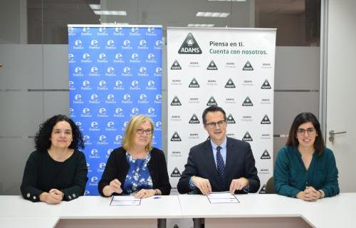 En el centro, María Jesús Pérez, consejera delegada de Adams Formación, y Fernando Riaño, presidente de la Junta Directiva de Forética, suscribiendo el acuerdo.