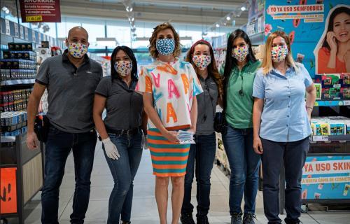 Ágatha Ruiz de la Prada junto al equipo de una tienda de Lidl luciendo las mascarillas.