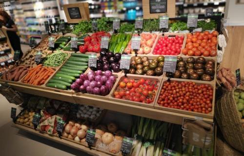 Puesto de productos ecológicos en el interior de un establecimiento de Carrefour Market en Barcelona.
