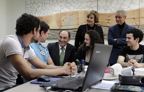 José Ignacio Galán, presidente de Iberdrola, con jóvenes.