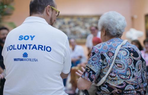 Voluntario de la Fundación Mutua atiende a una persona mayor.