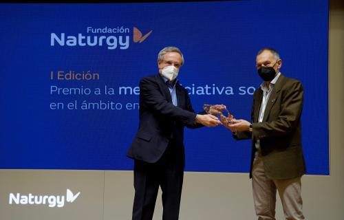 El presidente de Fundación Naturgy, Rafael Villaseca, entrega el primer premio a Víctor Viñuales, director de Ecodes.