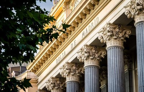 Fachada del edificio de la Bolsa de Madrid.