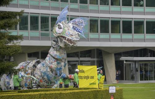 El monstruo de plástico ante la sede de Nestlé.